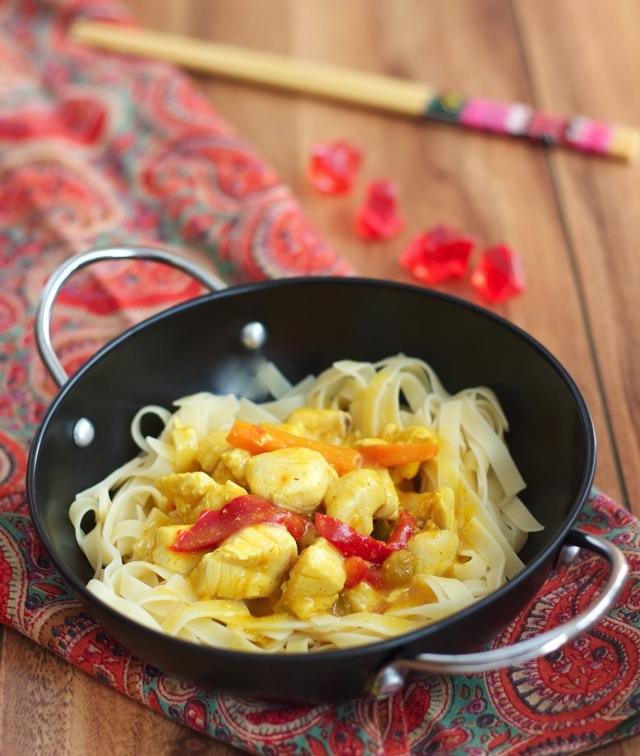 Receta de tallarines con pollo, curry y pimiento rojo