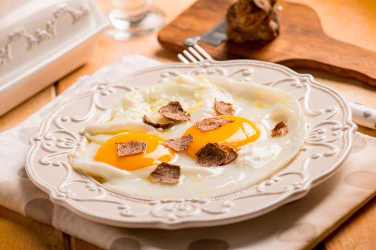 Huevos fritos con trufa